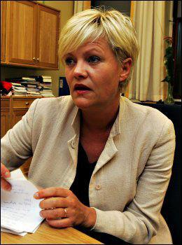 TAR OPP KAMPEN: Kristin Halvorsen skriver under på sitt første manifest mot mobbing. Foto: Audun Solberg