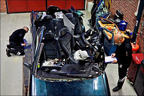 VOLDSOMME KREFTER: Tom Wilson og Svein-Ove Romuld følger en detaljert sjekkliste når de undersøker bilvraket. Bilen traff treklyngen ved midtstolpen, det svakeste punktet på alle biler. Foto: Krister Sørbø