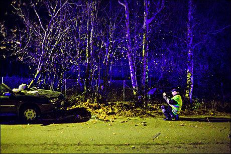LETER: Vegvesenets ulykkesgruppe fotograferer vrak og åsted. Etter at vraket er fjernet leter de etter spor på bakken. Foto: Krister Sørbø