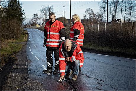UNDERSØKER: Terje Kristiansen, Tom Wilson og Rita Henriksen undersøker veibanen rett før ulykkesstedet utenfor Årnes. Foto: Espen Sjølingstad Hoen