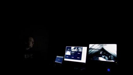 OVERVÅKER: Norwegian Ghost Hunters overvåker unormal aktivitet om natten. Foto: Kyrre Lien