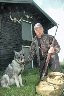 VILTFORSKER: Jon M. Arnemo er veterinær og professor. Her er han avbildet i forbindelse med elgjakt i 2010. Foto: Jon Iver Grue
