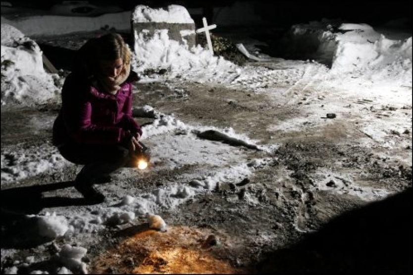 SJOKKERT: Her på Bragernes kirkegård i Drammen oppdaget Malin Kristoffersen (18) en hodeskalle. - Jeg fikk helt sjokk, sier hun. Kirkevergen er ukjent med funnet, men mener at hodeskallen har kommet tilbake i vigslet jord. Foto: Knut Erik Knudsen