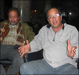 GIR SEG IKKE: Hatem Khaled (t.h.) og Yasser Shehata (t.v.) og er bekymret for regimets voldsbruk, men lover å fortsette protestene helt til Egypts mangeårige president Hosni Mubarak går av. Foto: Lars Akerhaug