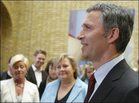 JENS STØRST: Arbeiderpartiet går fram på ny meningsmåling og er igjen landets største parti. Allikevel har Siv Jensen (t.v.) og Erna Solbergs partiet flertall på Stortinget. Foto: Scanpix
