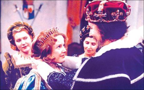 JULESTJERNE: Hanne Krogh slo igjennom med «Reisen til Julestjernen» i 1976. Her i filmen, med Knut Risan (kongen). Foto: Filmweb.