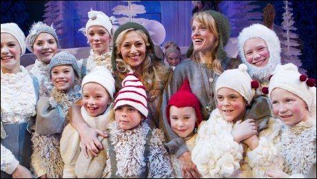TEATERSUKSESS: Her fra Nationaltheatrets oppsetning av «Reisen til julestjernen» i 2010. De to som byttet på å spille Sonja, Pia Tjelta (t.v.) og Kjersti Botn Sandal, omgitt av noen av barna som var med i stykket. Foto: Berit Roald / Scanpix .