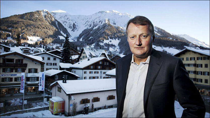 HOPP: DnBNor-sjef Rune Bjerke sier han gjerne skulle ha prøvd skiene i det fine været det har vært i Davos de siste dagene, men han har i stedet gått fra møte til møte. Fra Sveits gir han nå et klokkeklart rentehopp-budskap. Foto: Andrea Gjestvang