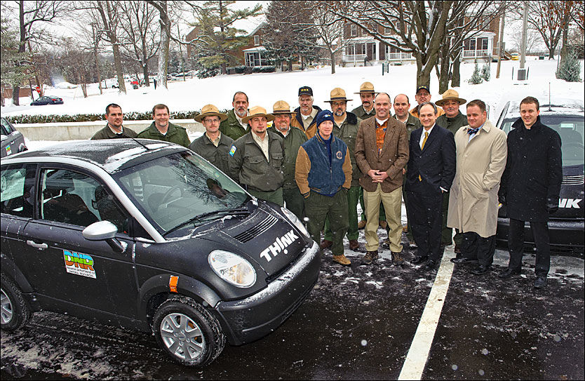 UT -OG INN: Her blir de første amerikanskbyggede Think-modellene overlevert til kjøperen, staten Indiana, den 16. desember i 2010. Nå må en del av bilene som ble produsert i staten på verksted på grunn av feil. Foto: Produsent