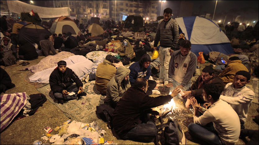 FREDELIG: Enorme menneskemengder til tross - det interne samfunnet på Tahrir-torget i Kairo fungerer. Mange har flyttet inn i telt på gressplenen i midten av torget. Foto: AP