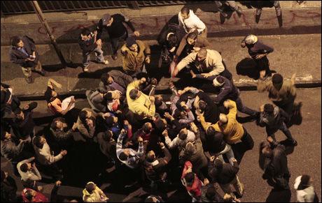 UROLIG: Sammenstøt mellom demonstranter og presidentens støttespillere onsdag. Foto: AP