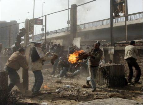 SLÅSS: Mubarak-tilhengere og Mubarak-motstandere barket sammen i Kairo igjen torsdag. Foto: AP