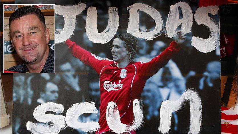 SLAKTER TORRES: Tidligere storscorer i LFC, John Aldridge, kaster seg inn i mengden Liverpool-fans som slakter Fernando Torres. Foto: Peter Byrne, Pa Photos/wenn.com