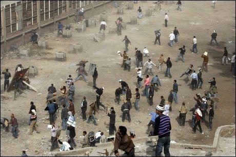 KAMPER: Et bilde tatt like ved Tahrir-plassen i Kairo viser heftige kamper mellom demonstranter og Mubarak-tilhengere. Foto: AFP
