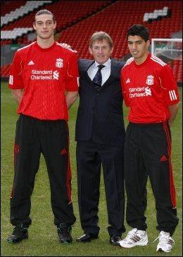 PRESENTERT I DAG: Andy Carroll og Luis Suarez ble i dag presentert på Anfield. Både Kenny Dalglish og de to spissen har store tanker om fremtiden. Foto: Andrew Yates, Afp