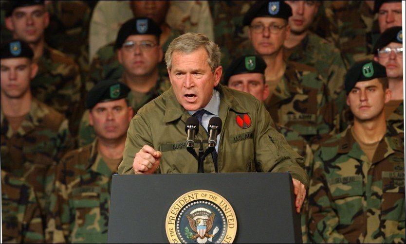 GIKK TIL KRIG: President George W. Bush og USA innledet krig mot Irak i mars 2003. Foto: AP