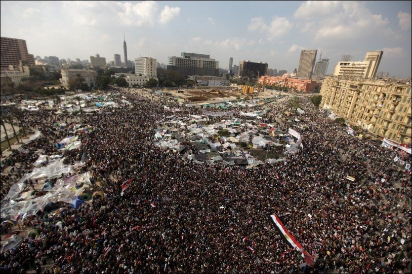 FOLKEHAV: Tusenvis av demonstranter fortsetter å strømme til Tahrir-torget i Kairo. Foto: AFP