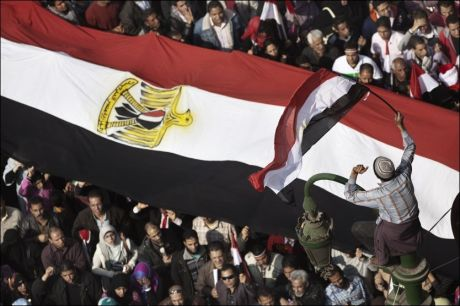 MASSIVT: Steinene er byttet ut med egyptiske flagg i Egypts gater. Foto: AFP
