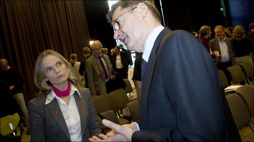 - FORVIRRENDE: Ulvik-ordfører Mona Haugland Hellesnes ønsker verken «monstermaster» eller sjøkabel. Her sammen med Johan Fredrik Odfjell under fremleggingen av ekspertrapporten. Foto: Scanpix