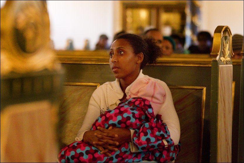 KJEMPER FOR DATTEREN: Rundt 60 etiopiske asylsøkere tilbringer dagene i Oslo Domkirke i protest mot Skatteetatens innstramming. Tsehay Shume sier hun kjemper for datteren Elroies fremtid. Foto: Morten Holm / Scanpix