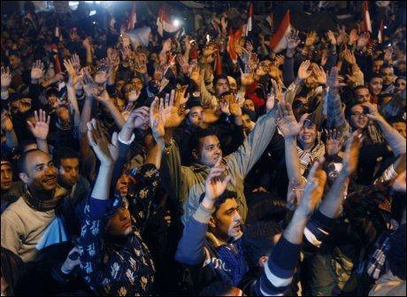 FORNØYD: Innbyggere i Kairo feirer gjennom natten etter at president Hosni Mubarak gikk av fredag. Foto: AP