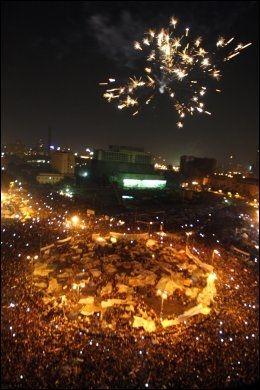 FYRVERKERI: En ekplosjon av følelser og fyrverkeri fredag kveld i Kairo. Foto: AP