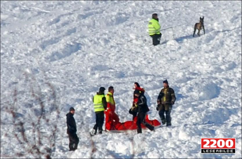 HENTET UT: Redningsmannskaper frakter en av mennene som ble tatt av snøskredet nedover bakken i det populære skitrekket i Eikedalen i Hordaland. Foto: 2200 LESERBILDE