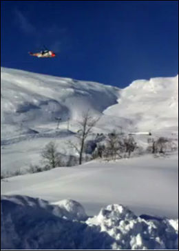 REDNINGSAKSJON: Et Sea King-helikopter svever over rasstedet på det populære skistedet. Foto: 2200 LESERBILDE