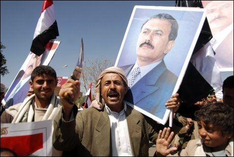 STÅR MOT HVERANDRE: Jemenitter har barket sammen i fire dager. Her er menn som støtter sittende president Ali Abdullah Saleh som vil holde anti-regjerings-demonstranter unna. Foto: AFP