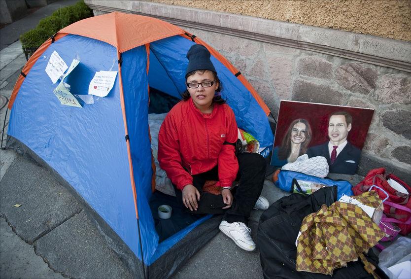 VIL I KONGELIG BRYLLUP: Estibalis Chavez har sultestreiket i åtte dager i håp om å få en invitasjon til William og Kate sitt bryllup i april. Foto: Ronaldo Schemidt/ Afp
