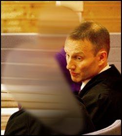 FORVARING: Den hovedtiltalte moren (46) er dømt til forvaring i 11 år. Stefaren (64), som sitter i bakgrunnen, er dømt til forvaring 12 år. Foto: Roger Neumann