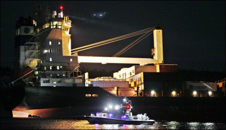 HAVARISTEN: Det islandske konteinerskipet «Godafoss» lekker olje. Foto: Håkon Mosvold Larsen/Scanpix