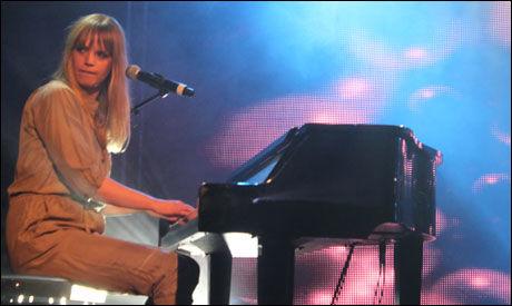 FJORÅRSVINNER: Ingrid Olava opptrådte under kveldens by:Larm-arrangement. Foto: ELENA IGHANIAN