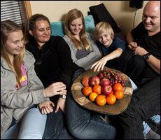 Et felles prosjekt kan styrke et forhold, og virke samlende på en hel familie. Familien Nes drar på en storslagen feriereise, dersom alle fem klarer å unngå å spise sukker ett helt år. Foto: Thomas Negård