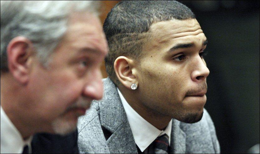 I RETTEN: Chris Brown var alvorspreget da han møtte i retten 22. februar. Foto: AP
