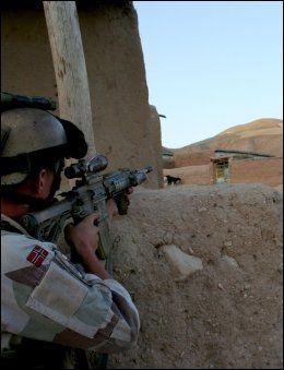 I KAMP: En soldat fra Telemark bataljon i skuddvekslinger ved Belcheragh i Nord-Afghanistan i fjor sommer. Når den erfarne kampavdelingen drar hjem senere i år, blir de erstattet av soldater fra Latvia. Foto: PRT MEYMANEH