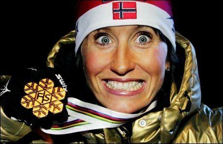 GULLGLIS: Marit Bjørgen showet for fotografene etter å ha mottatt gullmedaljen. Foto: Scanpix
