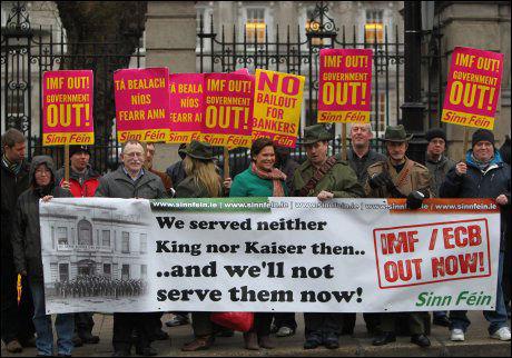 UENIGE: Irske demonstranter demonstrerte utenfor det irske parlamentet i desember i fjor. De reagerer særlig på rentene de må betale etter at Irland vedtok en stor krisepakke fra EU og IMF. Foto: Afp