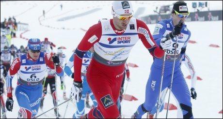 GODT MED: Petter Northug lå langt fremme inne på stadion ved runding de første gangene. Foto: Scanpix