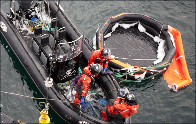 TOM: Denne tomme redningsflåten ble funnet 72 kilometer fra stedet der nødpeileren ble utløst. Foto: Barbara Veiga/Sea Shepherd