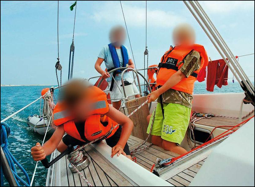 PÅ JORDOMSEILING: Dansk UD ønsker ikke å kommentere om de har mottatt livstegn fra de sju danskene. Her er moren med to av barna om bord i båten. Foto: Bådnyt