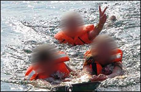 TRE BARN: Blant de sju om bord i seilbåten er disse tre barna. Ifølge Ekstra Bladet er de i alderen 13 til 17 år gamle. Foto: Bådnyt