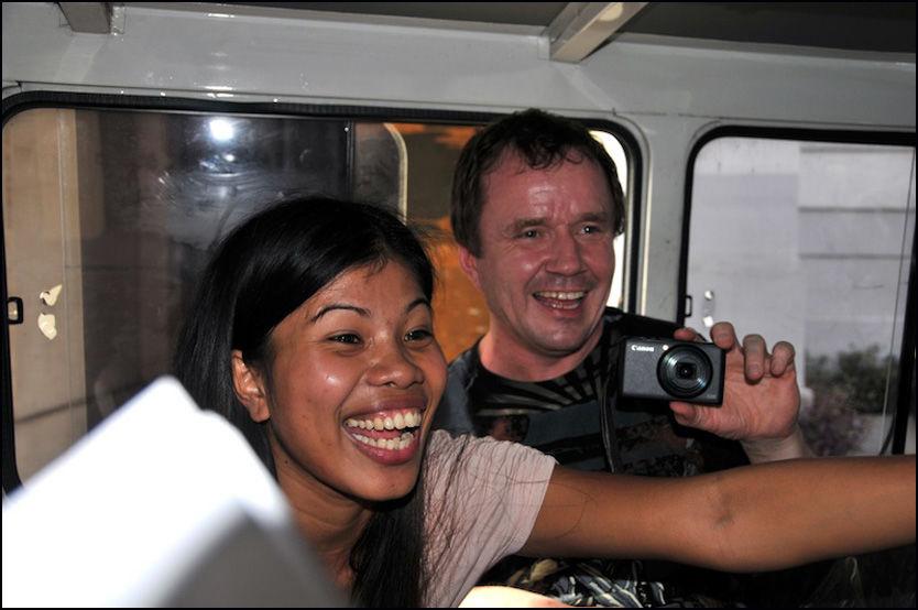 GLADE: Svein-Erik Berger og forloveden Karen kunne smile bredt etter at de mandag morgen ble løslatt fra varetekt. Foto: Thomas Akerblom