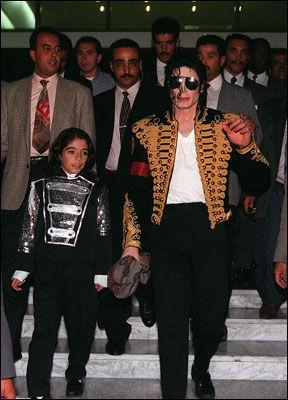 NÆRE VENNER: Omer Bhatti forlater et hotell i Tunis sammen med Michael Jackson i oktober 1998. Foto: Scanpix