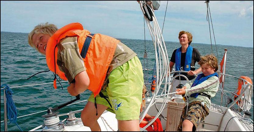 KAPRET: Seilbåten til den danske familien Johansen ble kapret av pirater 24. februar. Bildet viser mor Birgit Marie Johansen, sønnene Rune (17) og Hjalte (15) og datteren Naja (13). Foto: Bådnyt