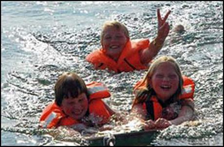 BARNE-GISLER: Rune (17), Hjalte (15) og Naja (13) blir holdt som gisler av pirater. Foto: Bådnyt