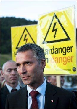 BETENT: De såkalte monstermastene har vært en vanskelig sak for statsminister Jens Stoltenberg og regjeringen. Her er han avbildet blant demonstranter i Hardanger i fjor sommer. Foto: Scanpix