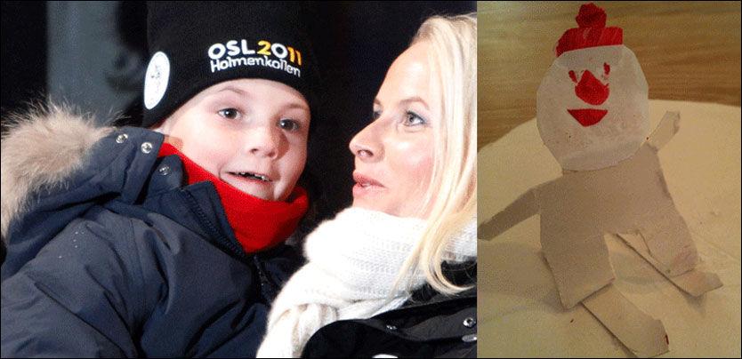 KONGELIG HYLLEST: Ingrid Alexandra har fulgt ski-VM i Oslo fra VIP-tribunen i Holmenkollen. Her sammen med mamma, kronprinsesse Mette-Marit. Til høyre er pappfiguren Ingrid Alexandra har laget av Bjørgen. Foto: Scanpix/Twitter
