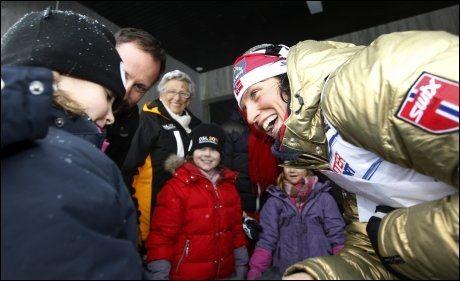 KONGELIG MØTE: Skidronningen hilste på prinsesse Ingrid Alexandra etter seieren på 15 kilometer friteknikk. I bakgrunnen er kronprins Haakon, prinsesse Astrid, Maud Angeliga og Leah Isadora. Foto: Scanpix
