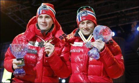 FIKK SØLVET: Ola Vigen Hattestad (t.v.) og Petter Northug fikk sølvmedaljen etter lagsprinten i kveld. Deretter forlot Northug stedet uten å snakke med pressen. Foto: Scanpix